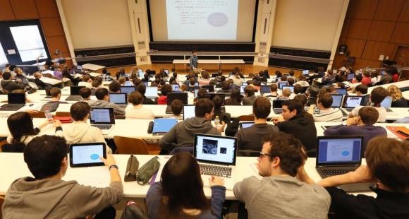 L'université française passe de l'amphi aux cours en ligne